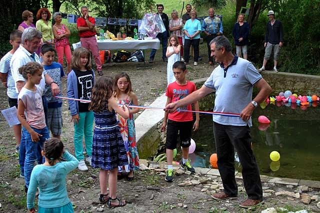 Alain Lacour a coupé le ruban avec les enfants des écoles et de Vacances Nature... Photo Pierre-Antony Epinette - icimedia@free.fr