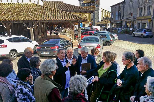 Après la visite commentée de la bastide, une réunion pour échanger observations et propositions... |Photo © Jean-Paul Epinette - icimedia@free.fr