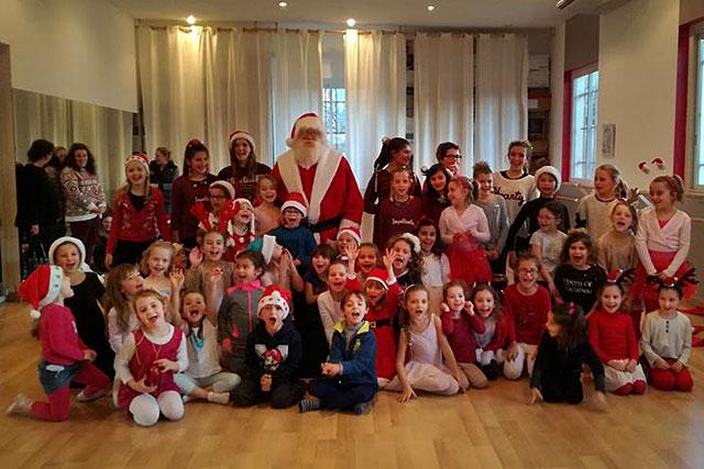 Les petits danseurs d'Objectif Danse on tiré sur la barbe du Père Noël : c'était le vrai ! © icimedia@free.fr