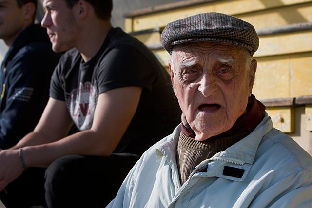 Jeannot Pigagnol dans la tribune de Castelmoron, pour soutenir les Jaune et Bleu.|Photo © Jean-Paul Epinette - icimedia@free.fr