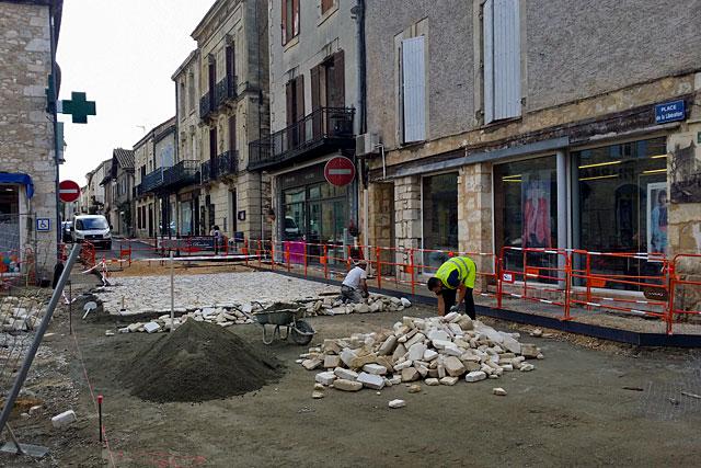 Les paveurs n'ont pas chômé. La rue Saint-Michel est rendue à la circulation...|Photo © jean-Paul Epinette - icimedia@free.fr