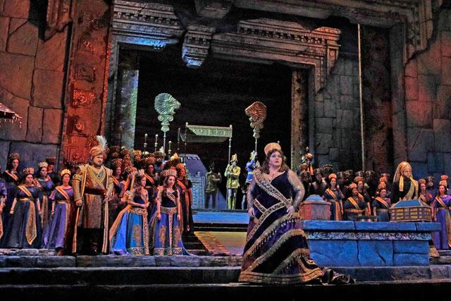 Angela Meade dans le rôle de Sémiramis, reine de Babylone, pour ses débuts au Met...|Photo Met Opera New York.