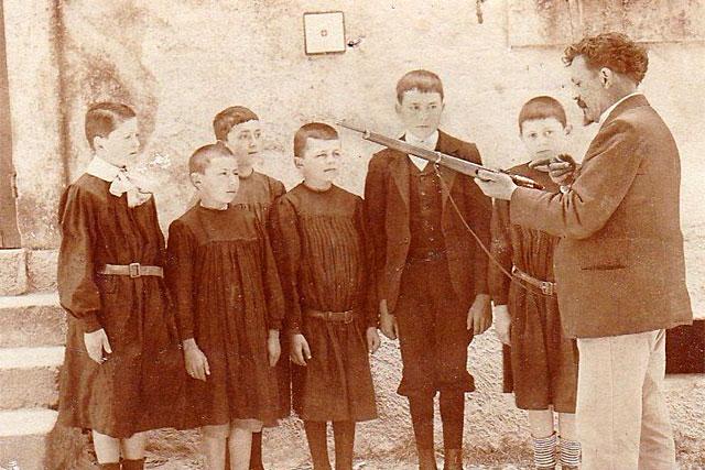 Défendre la patrie, prendre sa revanche sur 1870... à l'école de Lougratte on découvre le fusil. © Coll. particulière - icimedia@free.fr