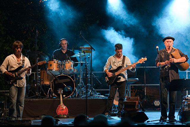 Nadau : Le mariage de la guitare électrique - réussi ! – et de la Boha, la cornemuse landaise...|Photo Nadau