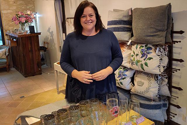 Le sourire de Nicola Cook qui vient d'ouvrir la Maison Lilas...|Photo © Jean-Paul Epinette.