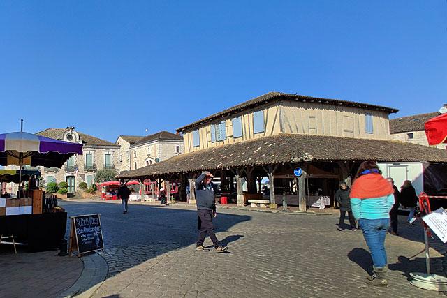Image unique : en 750 ans, rarement la place de la halle n'a offert un tel visage un jour de marché... Photo © Jean-Paul Epinette.