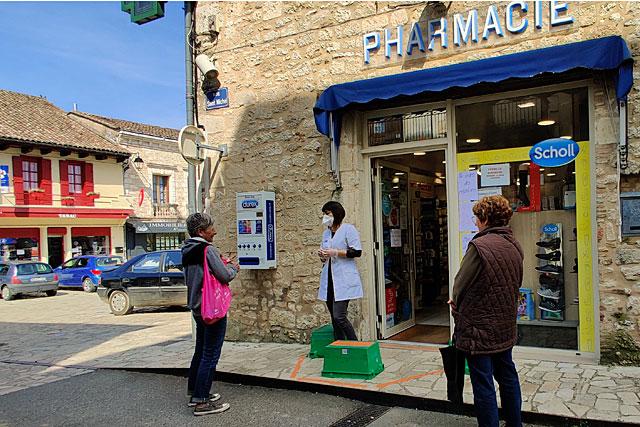 À la pharmacie, personnel masqué, gestes barrières... personne n'entre : les pharmaciens reçoivent les ordonnances sur le trottoir.  |Photo © Jean-Paul Epinette.