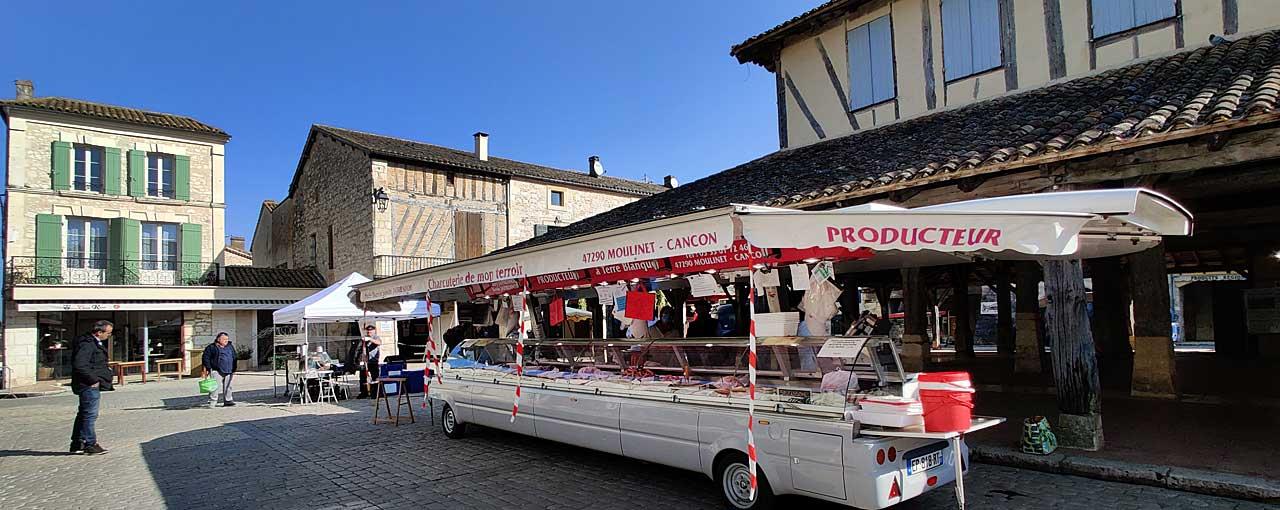Au strict nombre de quinze, les marchands seront répartis sur les trois places du marché...|Photo © Jean-Paul Epinette.