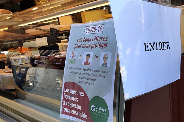 Comme le fromager, les commerçants du marché ont accompli un effort considérable pour canaliser leur file d'attente et imposer la distanciation entre clients... Photo © Jean-Paul Epinette.