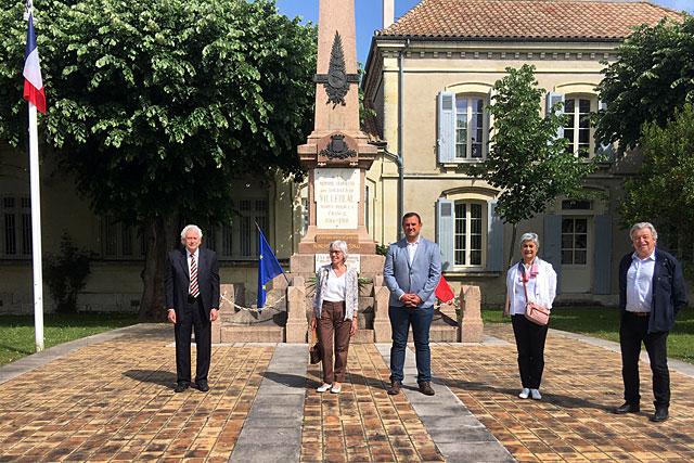 Le(s) maire(s) de Villeréal et les adjoints, pour un 8 mai semblable à nul autre auparavant : confiné.|Photo © Mairie de Villeréal