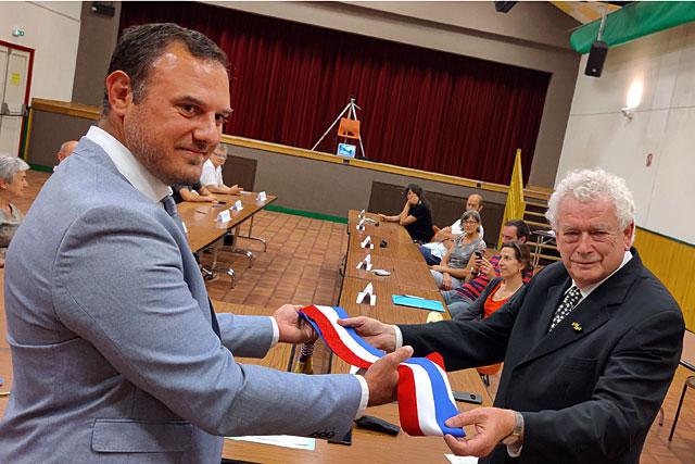 Guillaume Moliérac élu maire de Villeréal, Pierre-Henri Arnstam lui transmet l'écharpe tricolore...|Photo © Jean-Paul Epinette.