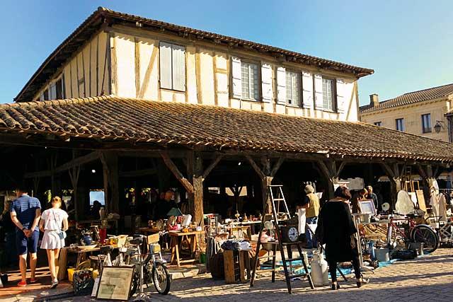 Après le marché du samedi et celui du mercredi, les Puces retrouvent leur dimanche mensuel...|Archive© Jean-Paul Epinette