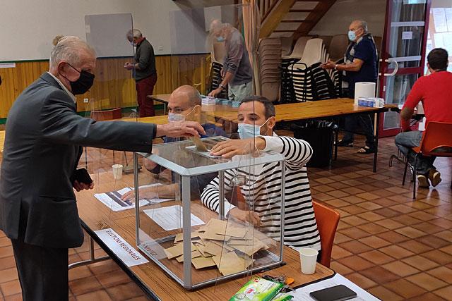 Les Villeréalais ont été plus nombreux à se rendre à la salle François-Mitterrand que pour le premier tour de scrutin...   Photo © Jean-Paul Epinette