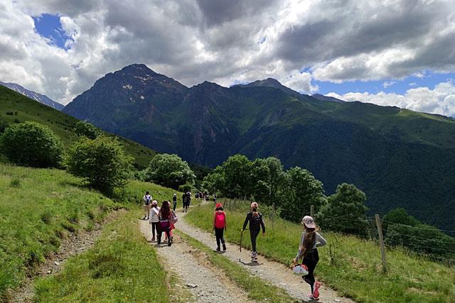 Dans un décor magnifique, nos écoliers ont découvert la montagne et... la marche à pieds !...   Photo © École de Villeréal