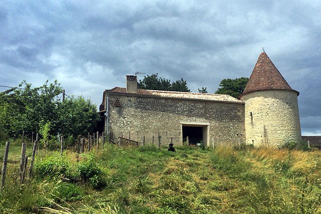 Une tour médiévale, des vestiges partout... la restauration de la grange prend de l'ambition.|| © Agence Seconde Ligne.